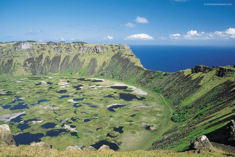 La caldeira du volcan Rano Kau effondree sur l'ocean Pacifique