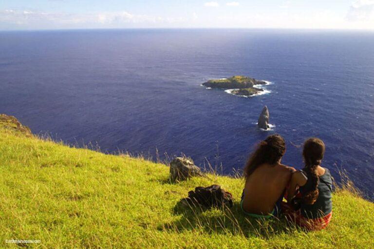 Touristes en visite regardant les trois ilots - Site ceremoniel d'Orongo