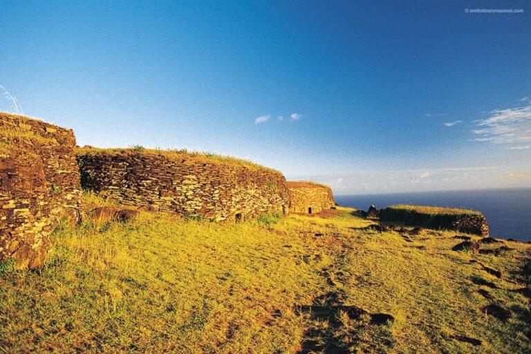 Les maisons en pierre des elites du village ancestral - Orongo