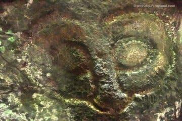 Petroglyphe representant le visage de Make Make - Divinite de Rapa Nui