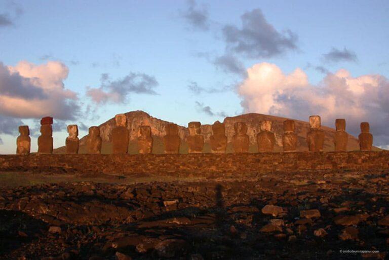 Le soleil du lever du jour eclaire le dos des Moai