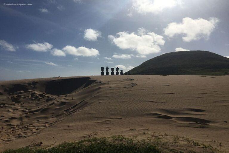 Cinq statues geantes de Rapa Nui sur le sable - Anakena