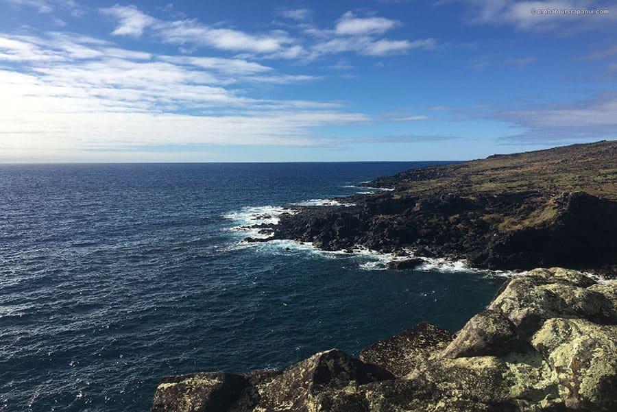 Le bord de mer de la cote ouest de l'ile de Paques