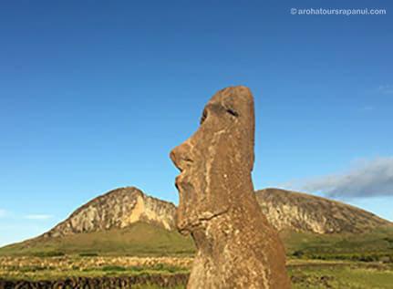 Statue solitaire devant le volcan Rano Raraku - Le moai voyageur
