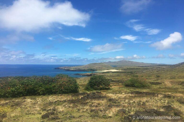 Vue panoramique de la cote nord de l'ile de Paques - Randonnee pedestre