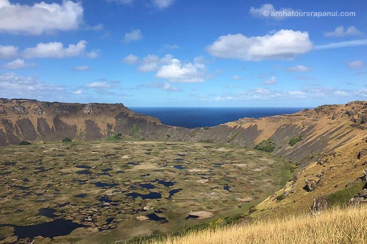 La caldeira du volcan Rano Kau en randonnée sur l'Ile de Pâques