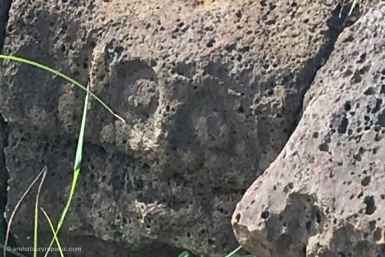 Petroglyphe sur roche basaltique - Visage dieu Make Make