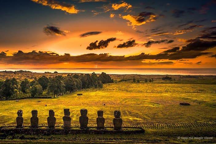 Sept moais de l'Ahu Akivi faisant face au coucher de soleil