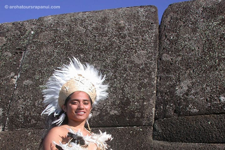 Pascuane devant le mur néolithique de Vinapu