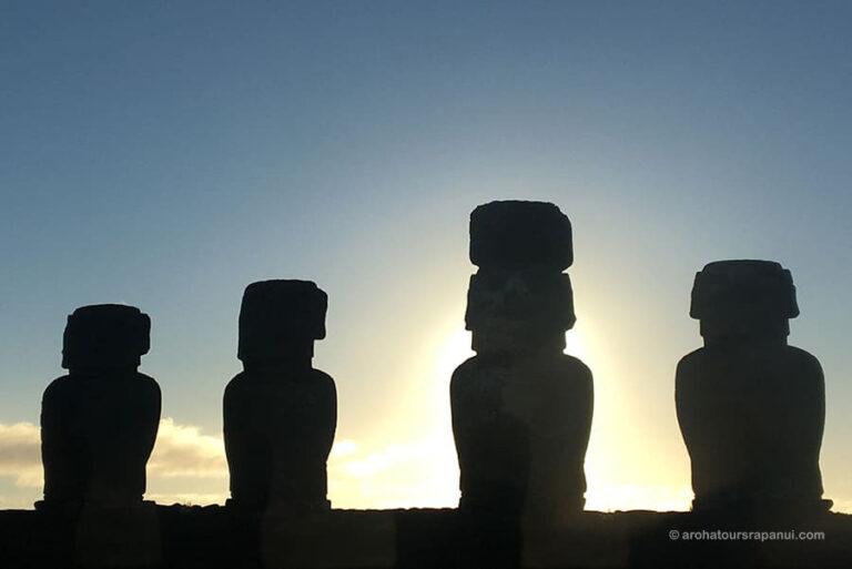 Ombres de quatre moais dans le lever du soleil - Ahu Tongariki