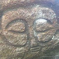 Pétroglyphe visage dieu de l'Ile de Pâques, introuvable sans un guide touristique