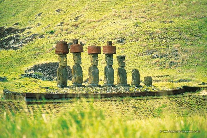 Site ceremoniel restaure - Moais et coiffes - Anakena - Ile de Paques