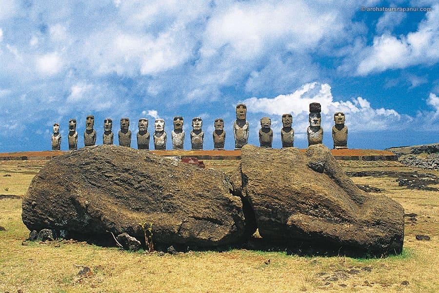 Statue de l'ile de Paques couchee sur le dos - Ahu Tongariki