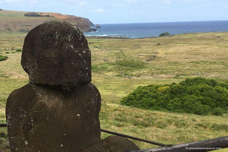 Statue de l'ile de Paques avec ses congeneres a l'horizon
