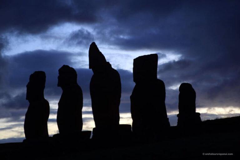 Ombre de cinq statues - Ciel crepusculaire - Complexe archeologique de Tahai
