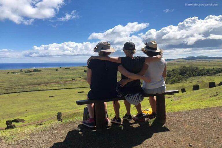 Des touristes contemplent l'horizon marin - Ile de Paques
