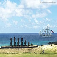 Le trois mats Esmeralda navigue derriere les Moai - Anakena