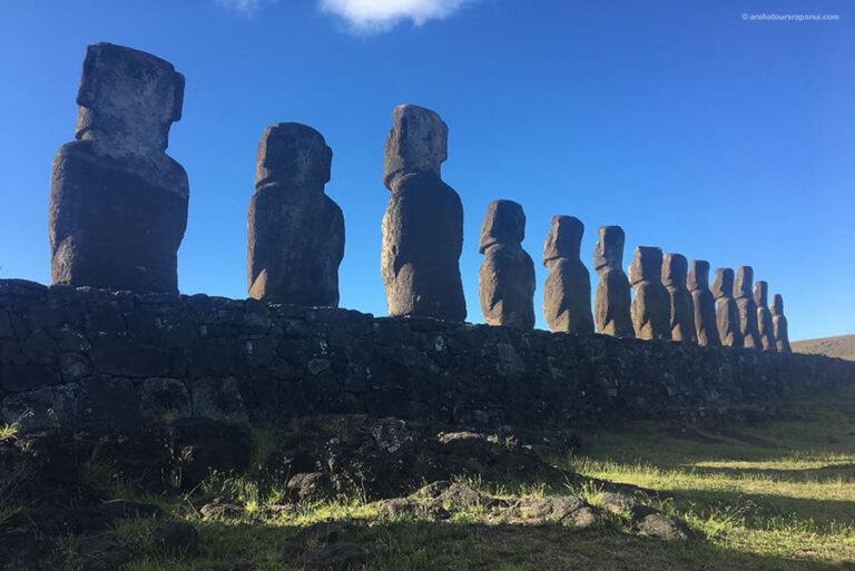Vue arriere quinze statues geantes - Tongariki - ile de Paques