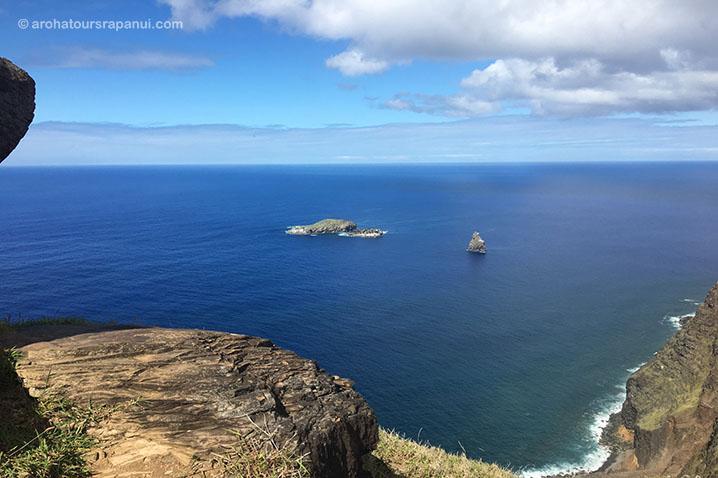 Vue sur les ilots de l'Ile de Pâques depuis ses falaises